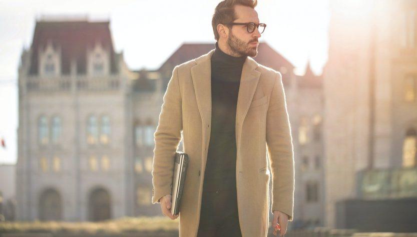homme avec manteau
